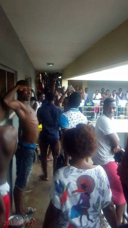Lady visits a guy at his school hostel… See the crowd of guys waiting outside his room to HAIL…