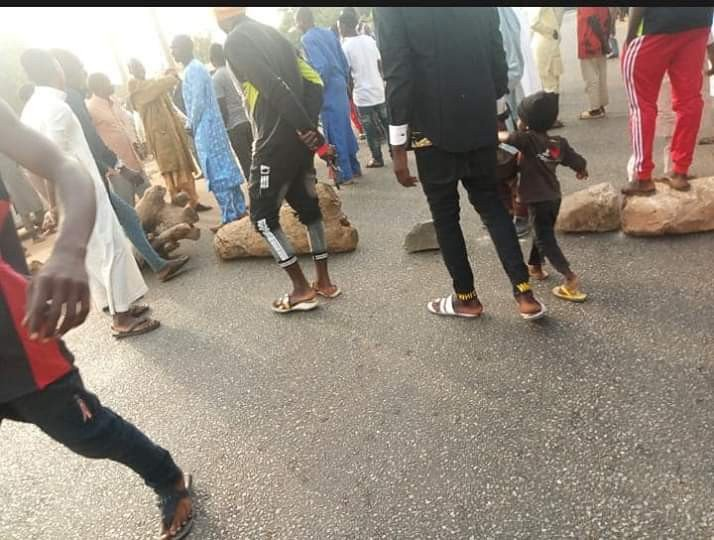 Angry youths block highway in Adamawa over incessant kidnappings, accuse police of complicity (photos)