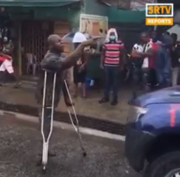 Physically challenged man blocks police van, demands release of protester (video)