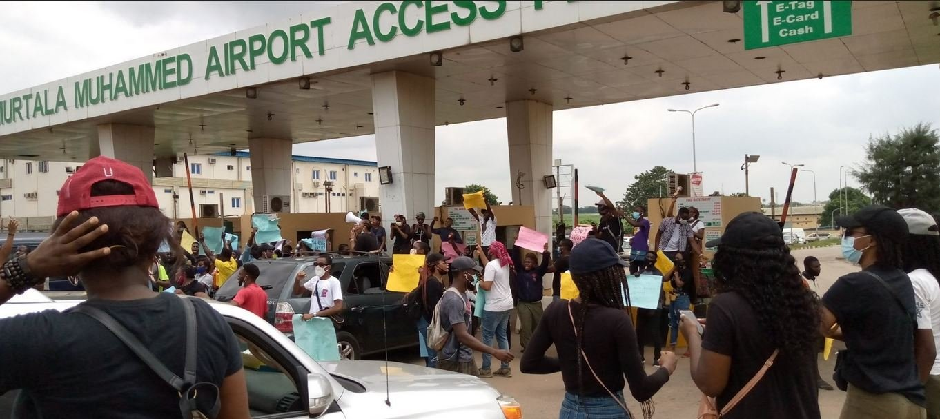 #EndSARS: Protesters Block Roads Leading To Murtala Mohammed International Airport Lagos (Photos/Video)