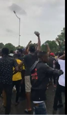 #SARSMUSTENDNOW: The Moment Protesters Rejected N1.5million Refreshment From State Governor In Delta