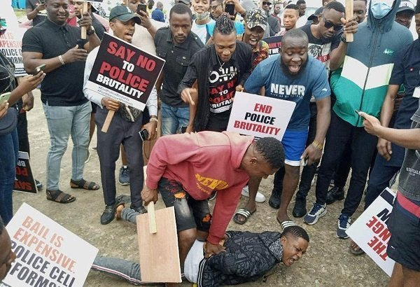 Lagos #EndSARS Protesters Arrest Man For Stealing Phone, Hand Him Over To Police