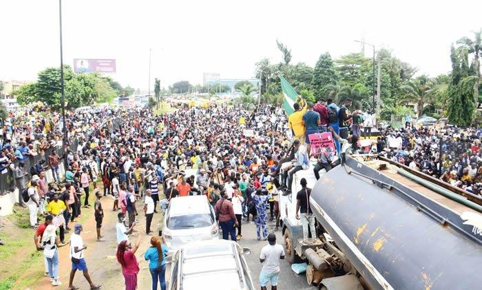 BREAKING: Abuja #ENDSARS Protesters Take Over Kubwa Expressway, Block Movement