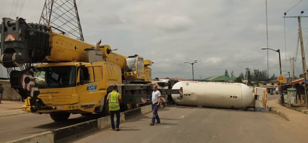 Another Gas Accident Averted In Lagos As Gas Truck Overturns On Expressway (Photo)