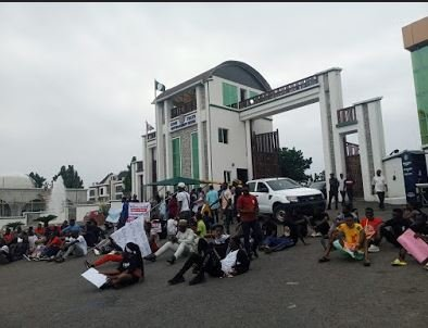#EndSARS: Protesters Block Kogi Govt House, Denies Security Operatives Access