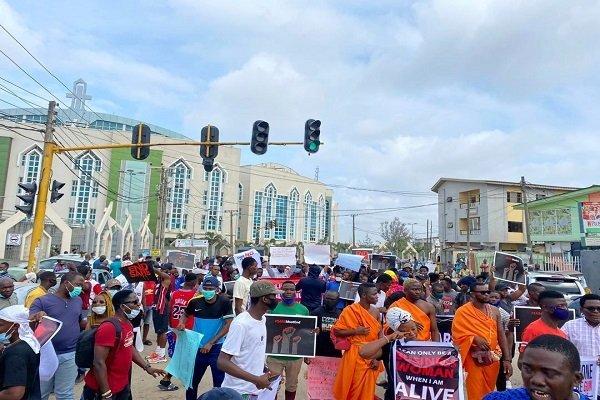 BREAKING: #EndSARS Protesters Take Over Gbagada-Oshodi Expressway
