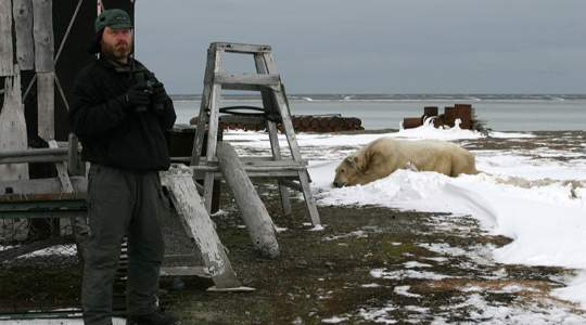 AMAZING! This Guy Went All The Way To An Isolated Island To Live Among Polar Bears😲