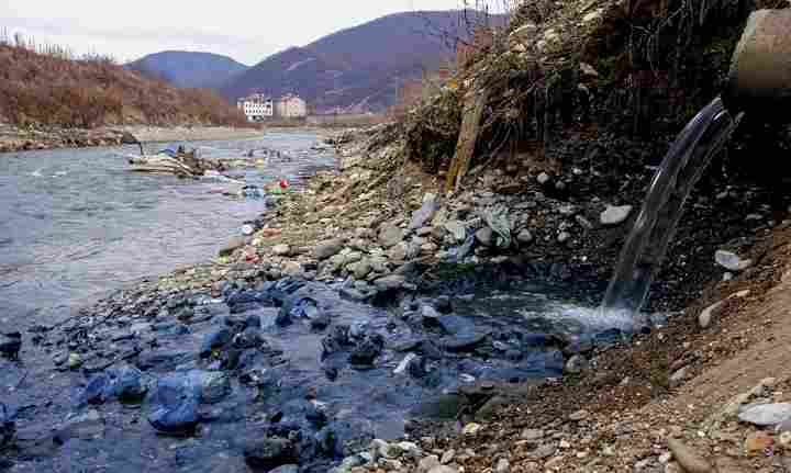 DANGER!!! See Lake So Polluted That Spending An Hour There Would kill You