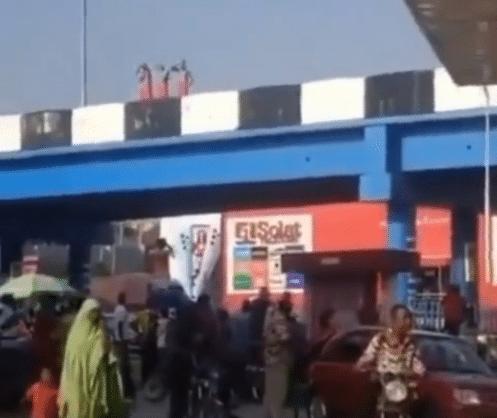 VIDEO: Three suspected 'ritualists' seen bathing on Ibadan bridge